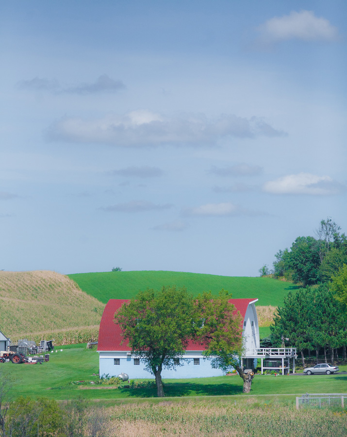 Color photo of a red roof barn in Pennsylvania